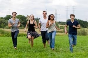 mensen-rennend-in-veld